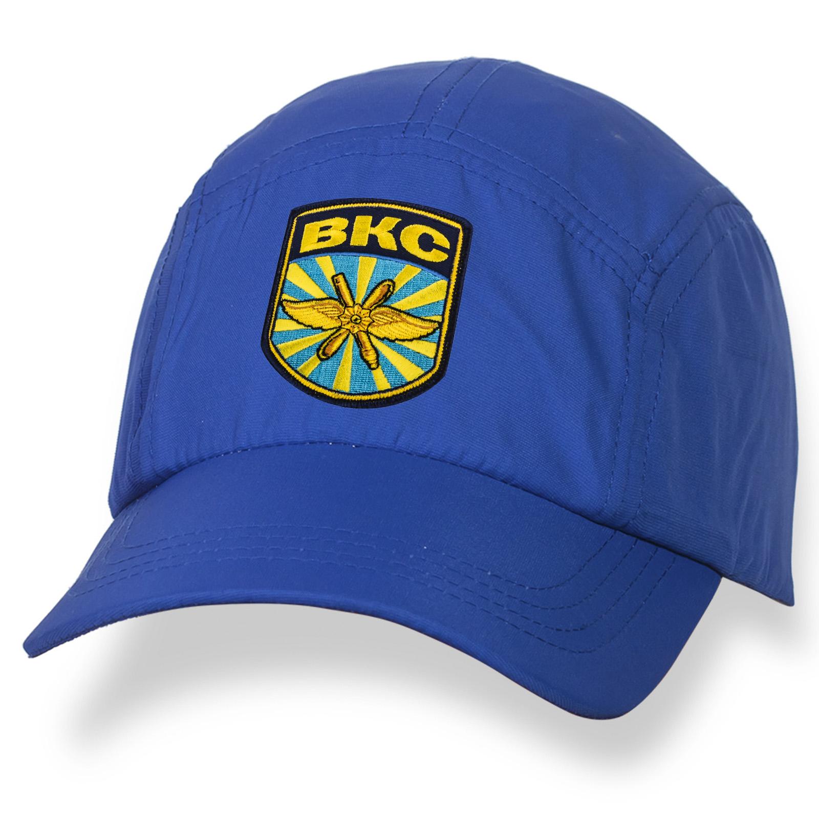 Насыщенно-синяя бейсболка с вышитой символикой ВКС.