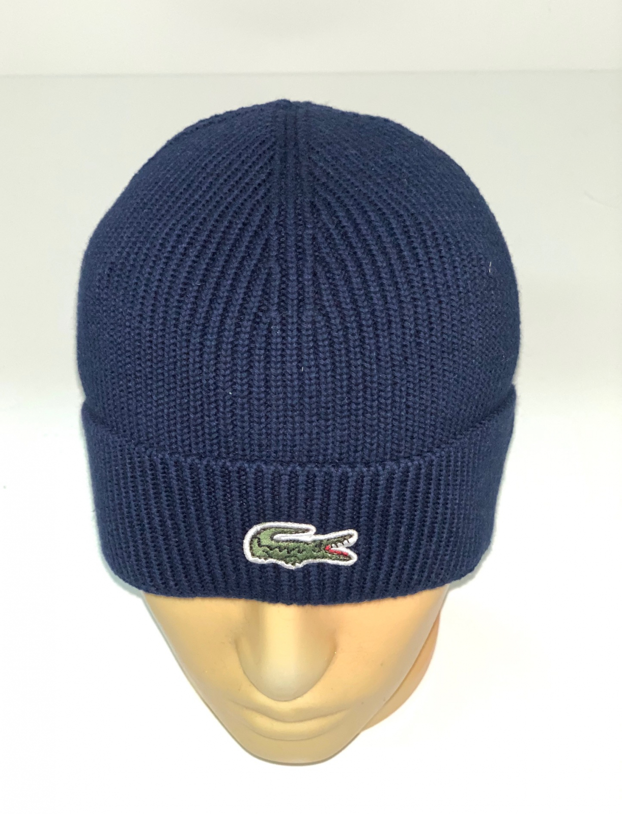 Синяя шапка с крутой нашивкой
