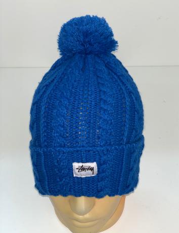 Синяя вязаная шапка с помпоном