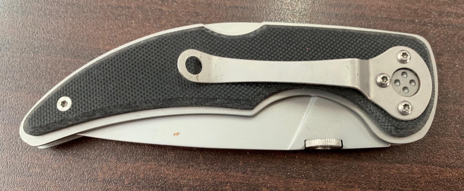 Складной компактный нож с черной накладкой на рукояти