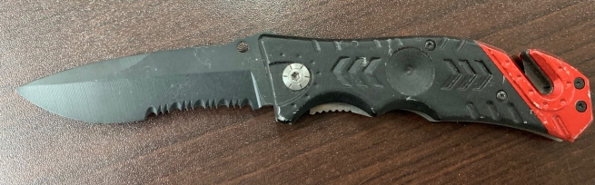 Складной нож с красно-черной рукоятью и стропорезом