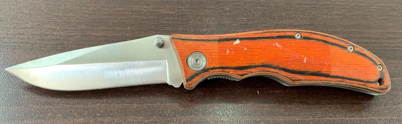 Складной нож с оранжевой деревянной накладкой на рукояти