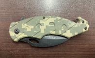 Складной нож с пиксельной камуфляжной рукояткой