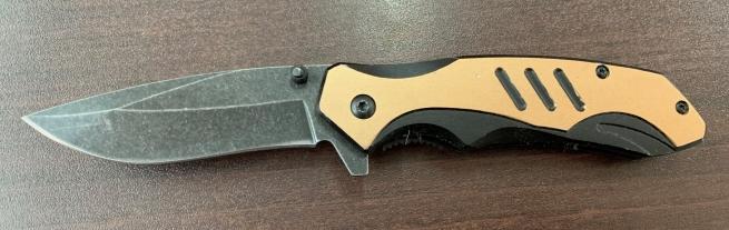 Складной нож со светлой накладкой на рукояти