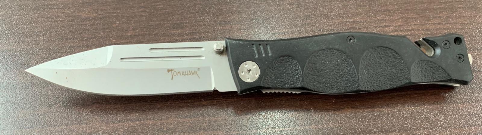 Складной нож Tomahawk с долами и удобной рукоятью