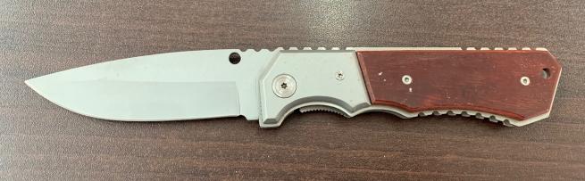 Складной серебристый нож с деревянной накладкой на рукояти
