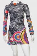 Смелое красочное женское платье.