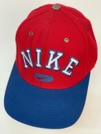Спортивная брендовая кепка красного цвета с синим козырьком