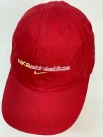Спортивная кепка красного цвета с вышитой надписью на тулье
