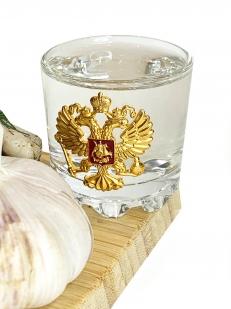 Стеклянный графин и стопки с гербом России