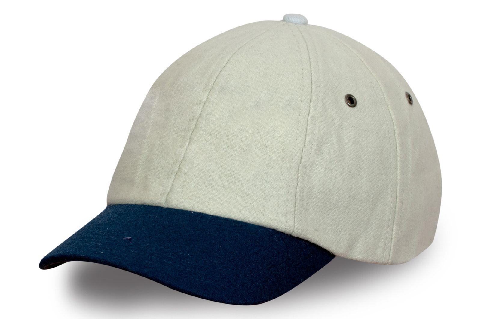 Стильная бейсболка с синим козырьком