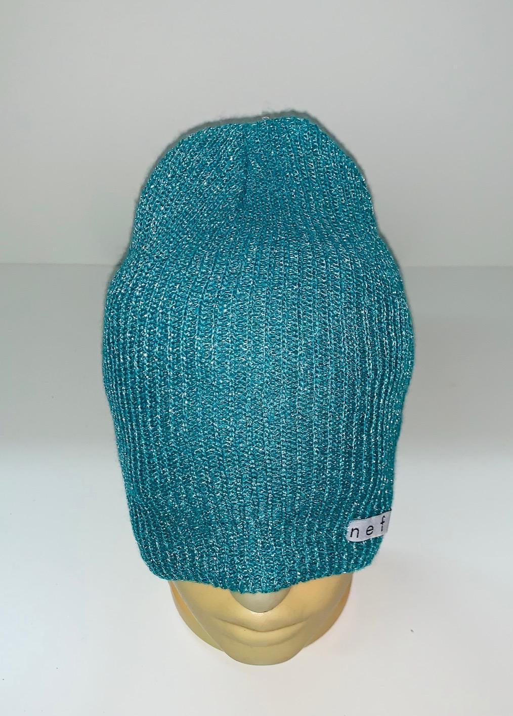 Стильная бирюзовая шапка