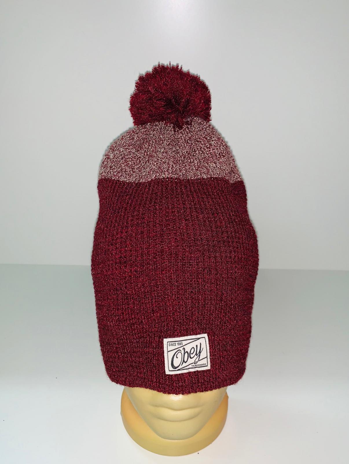 Стильная бордовая шапка с помпоном
