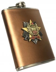 Подарочная фляжка в подарок пограничнику (обтянутая кожей, металлический жетон)