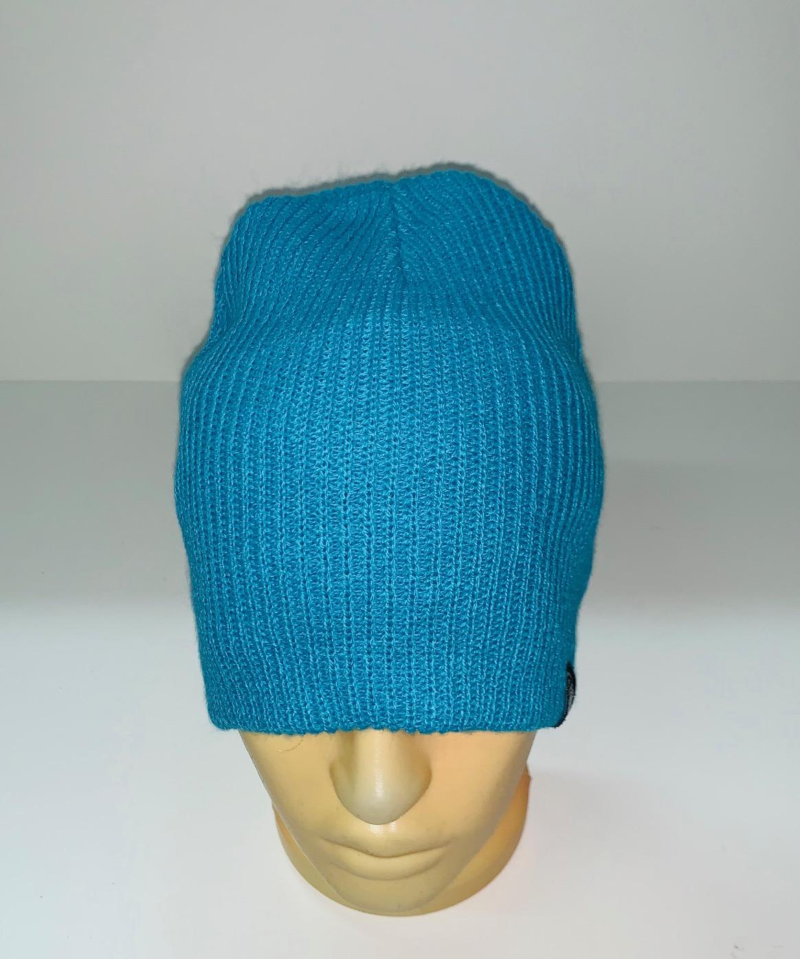 Стильная голубая шапка
