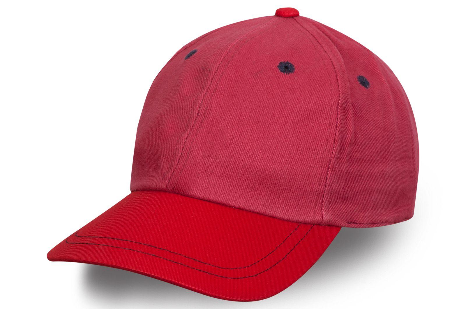 Стильная малиновая кепка с красным козырьком