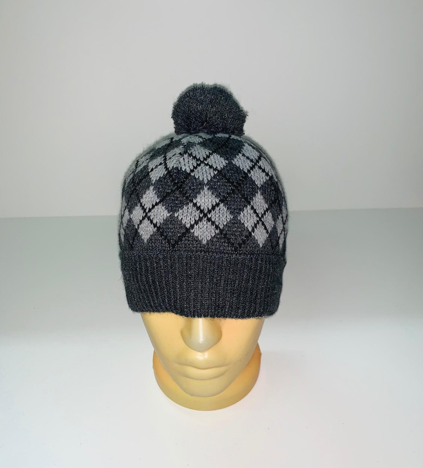 Стильная серая шапка с помпоном