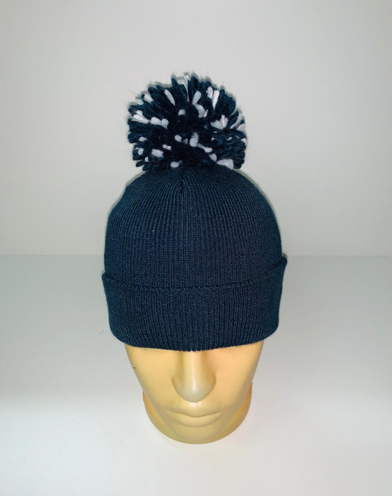 Стильная шапка с контрастным помпоном