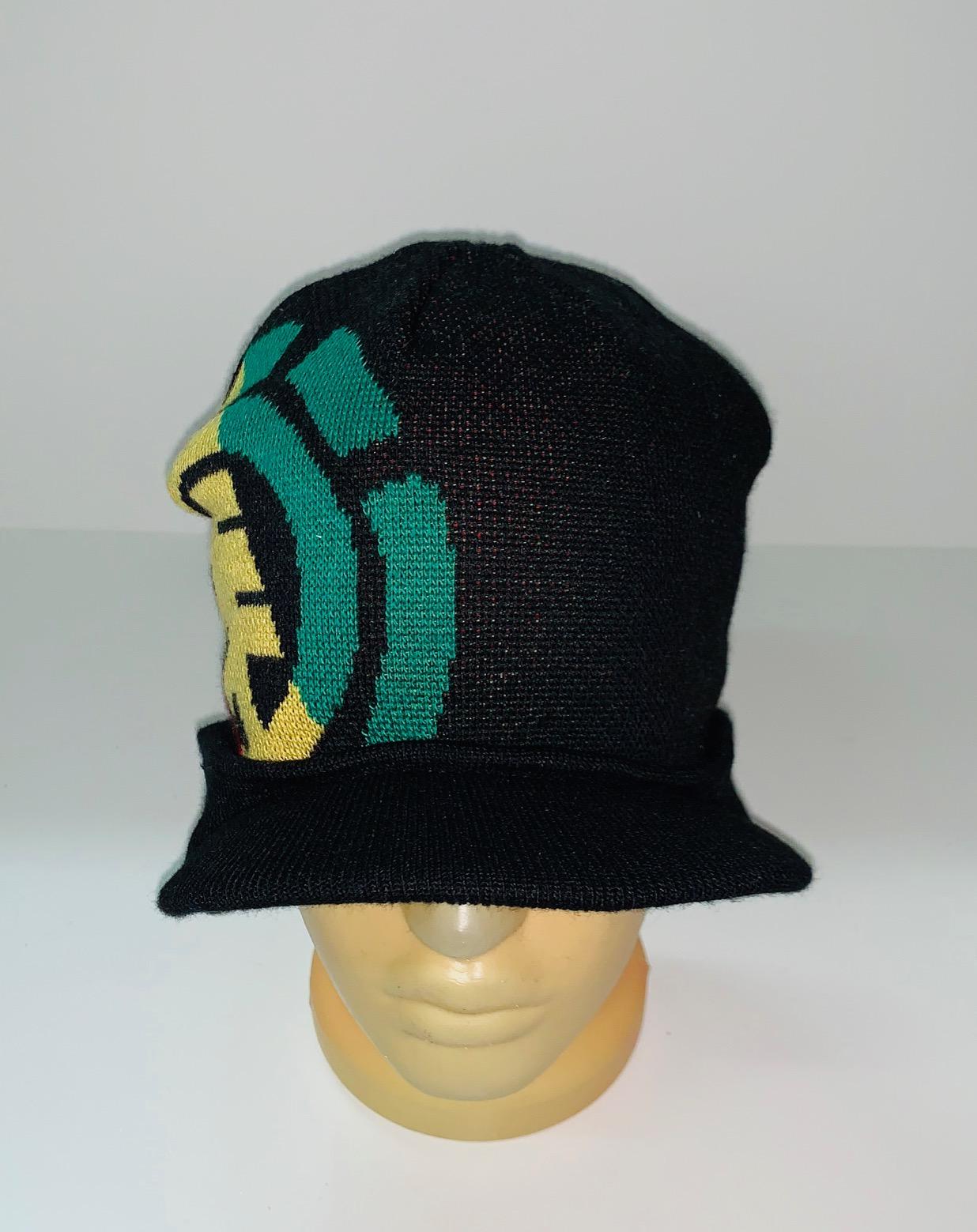 Стильная шапка с козырьком и узором
