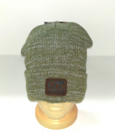 Стильная шапка цвета оливы