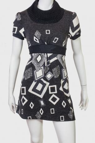 Стильное короткое платье.