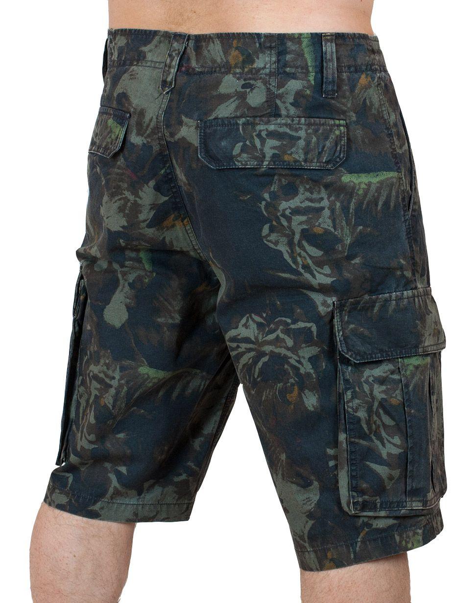 Стильные камуфляжные шорты карго - вид сзади