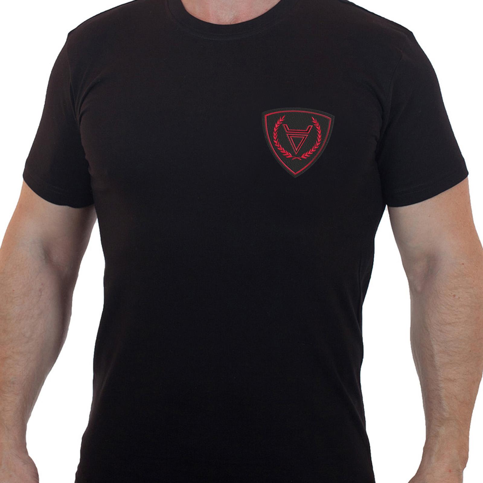Строгая черная футболка с вышитым шевроном Бога Велес