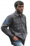 Строгая серая рубашка с вышитым шевроном 91 оДШБ-н