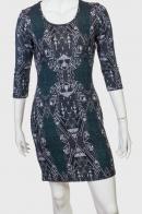 Строгое утонченное платье с изысканным принтом