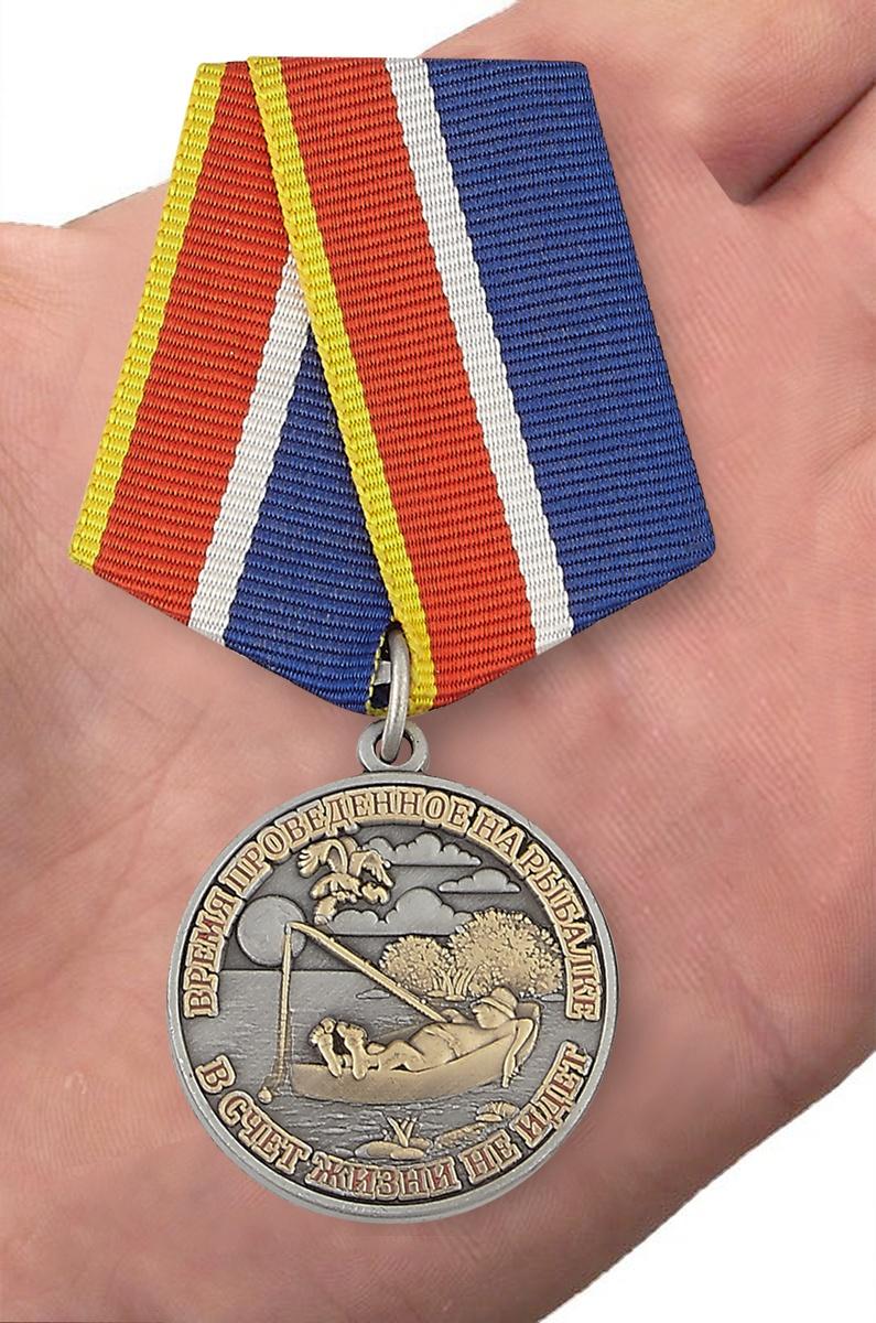 Сувенирная медаль Рыбаку - вид на ладони