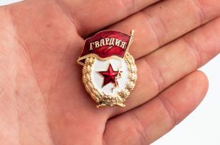 """Сувенирная мини-копия знака """"Гвардейский"""" - сравнение на ладони"""