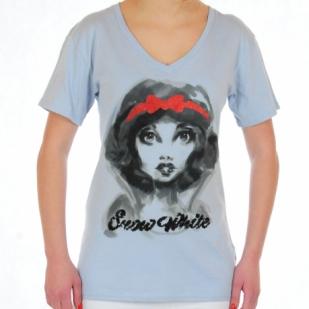 Светлая женская футболка с крутым принтом