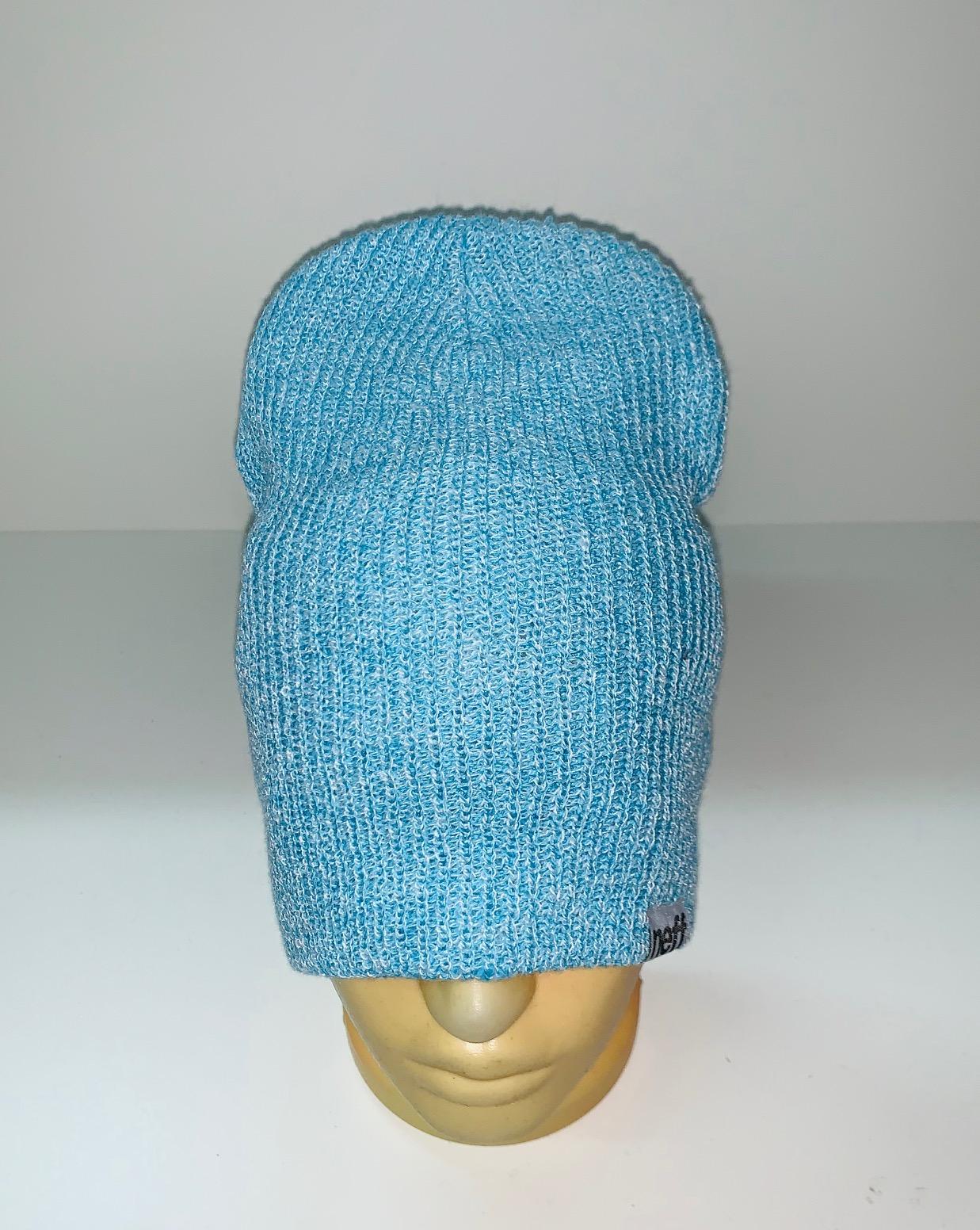 Светло-голубая трендовая шапка