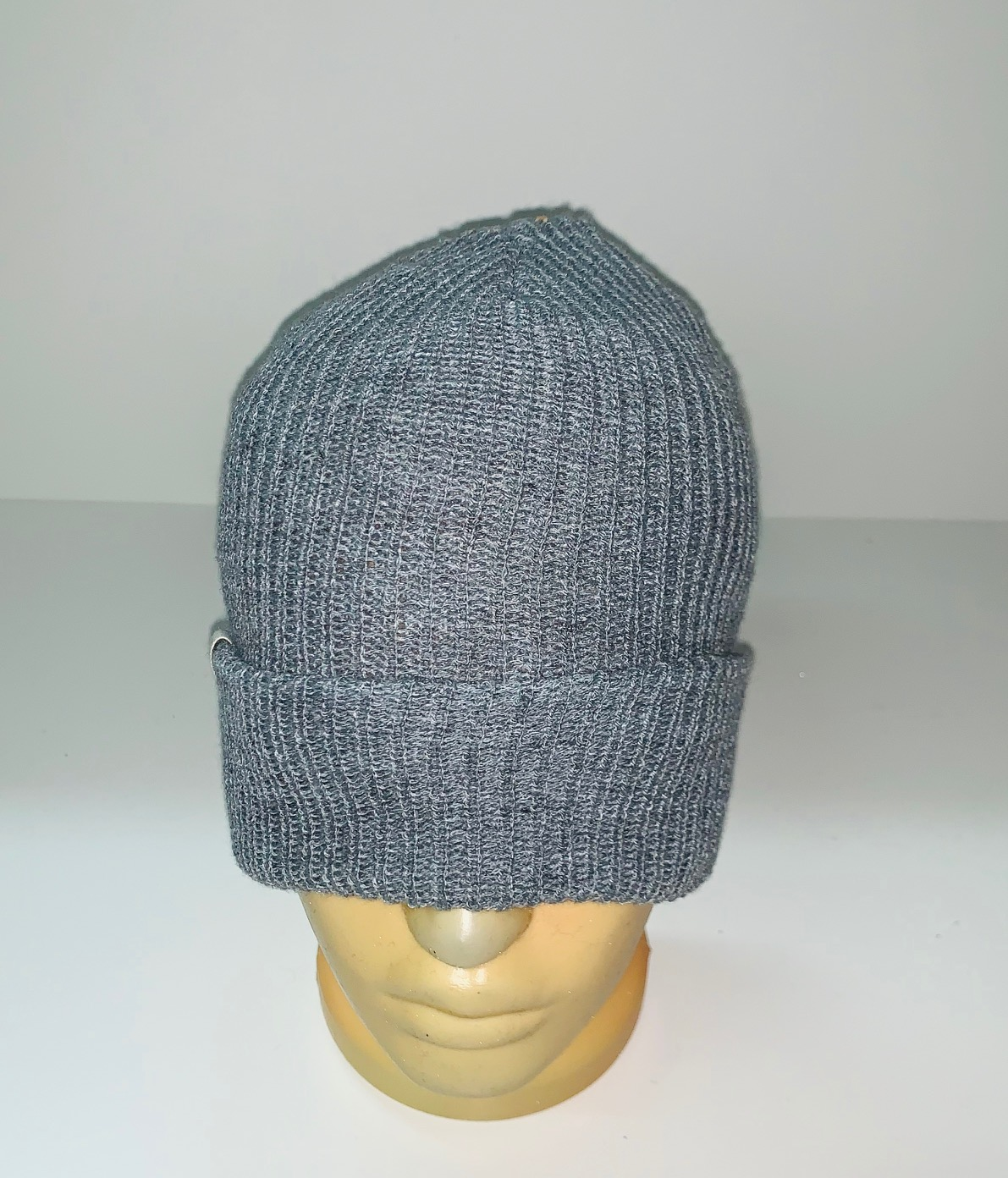 Светло-серая надежная шапка