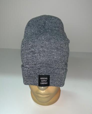 Светло-серая практичная шапка