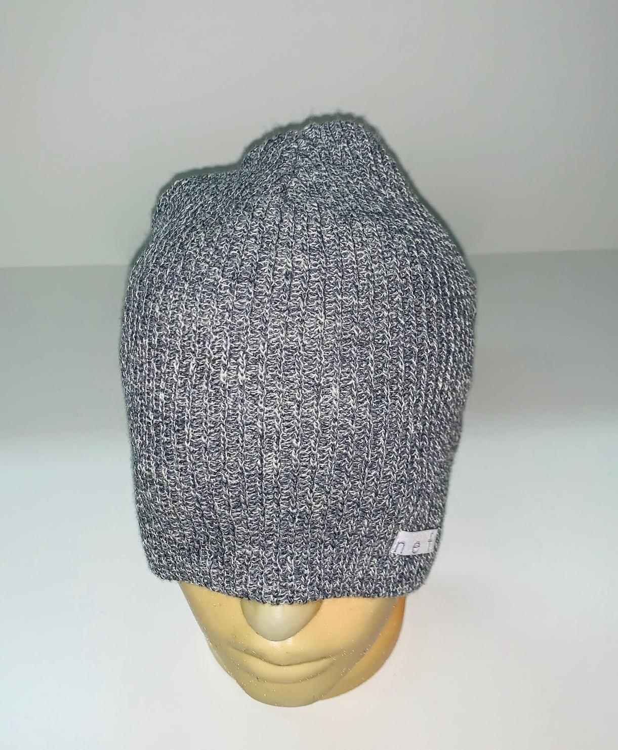 Светло-серая вязаная шапка