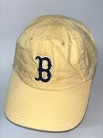 Светло-желтая бейсболка с черной вышивкой на тулье
