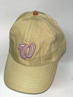 Светло-желтая бейсболка с розовой вышивкой на тулье