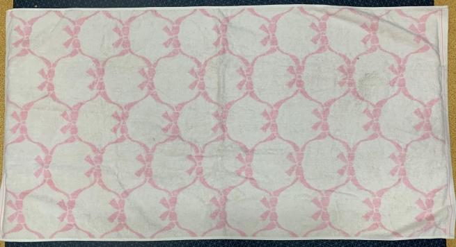 Светлое полотенце с розовым узором и бантиками