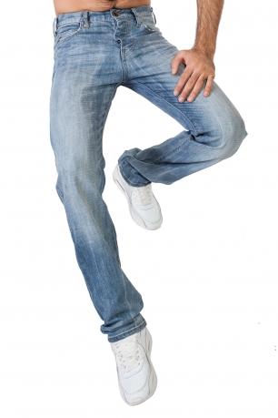 Светлые мужские джинсы.