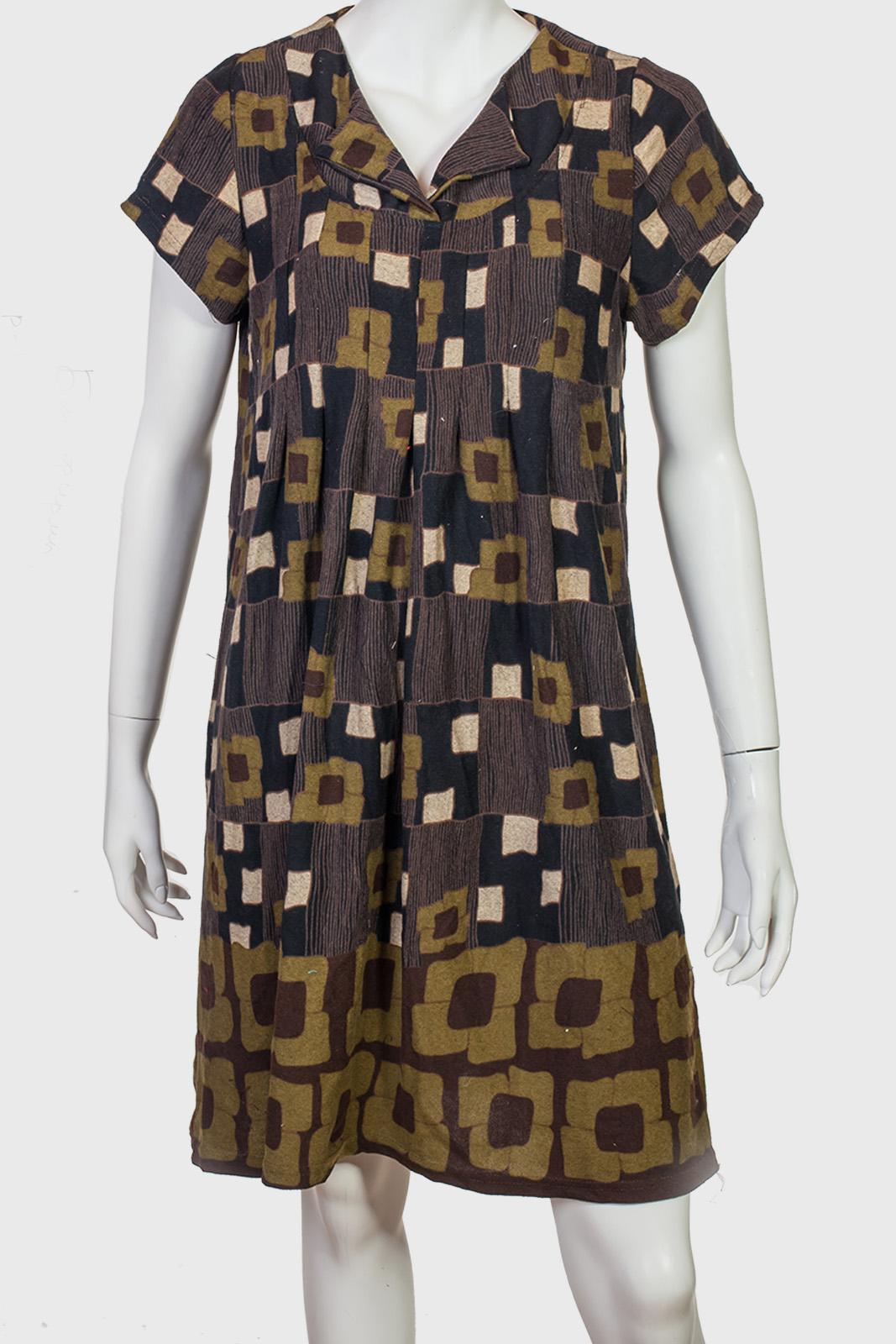 Свободное женское платье с коротким рукавом.