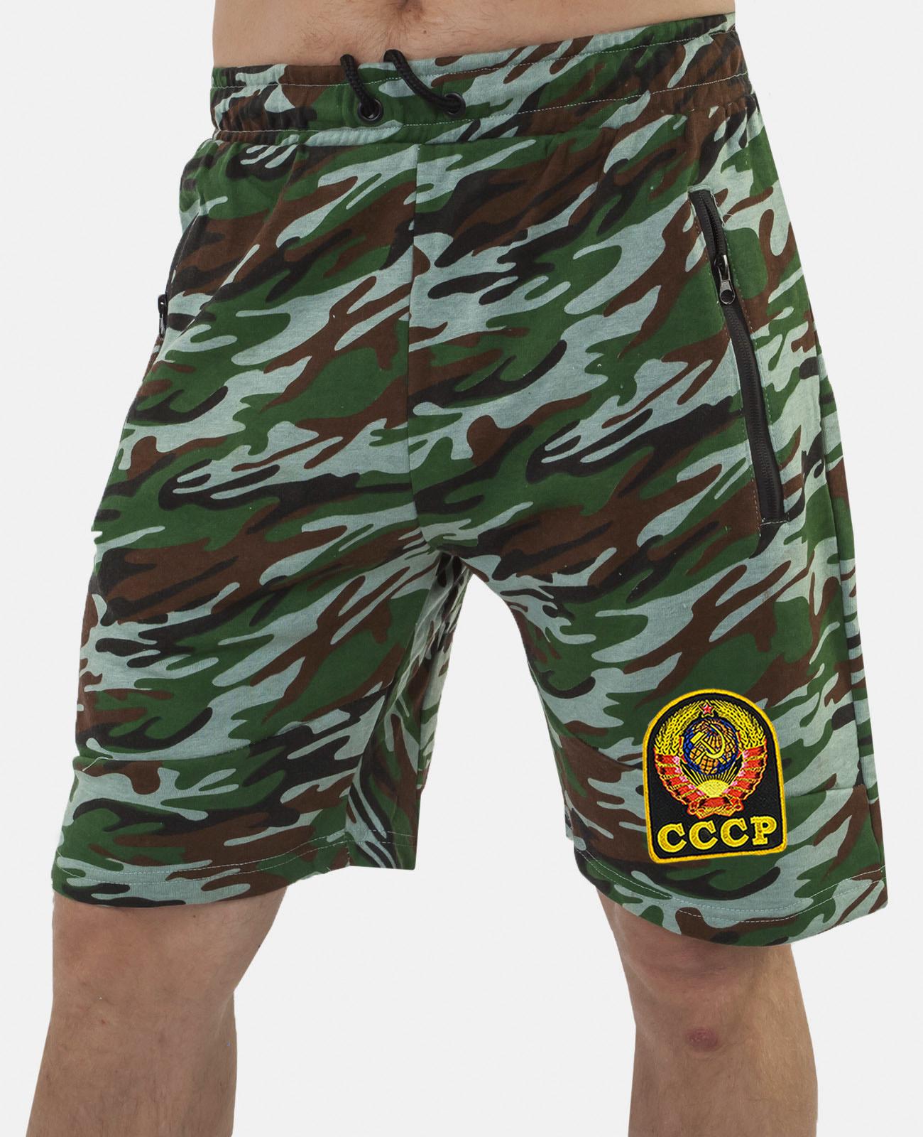 Купить свободные шорты удлиненного фасона с карманами и нашивкой СССР онлайн с доставкой