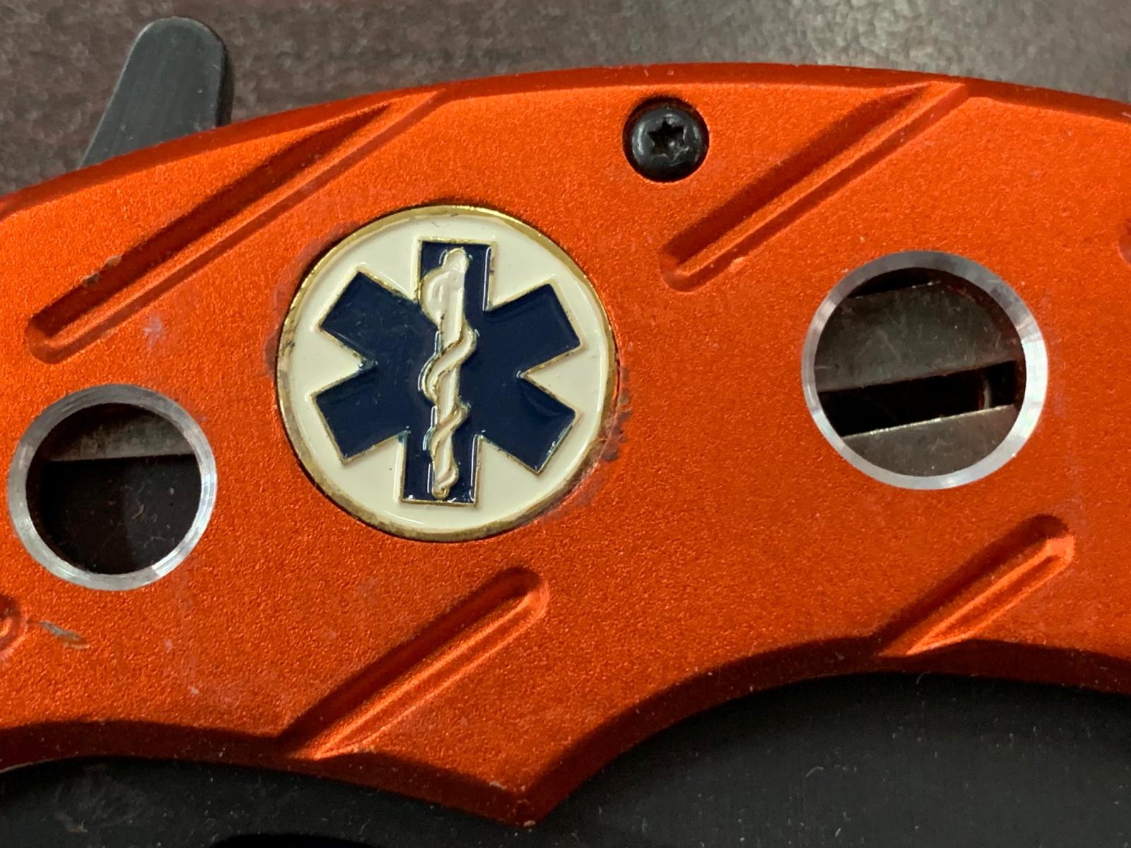 Тактический нож со стеклобоем и зазубринами на лезвии