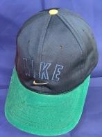 Темная бейсболка с зеленым козырьком