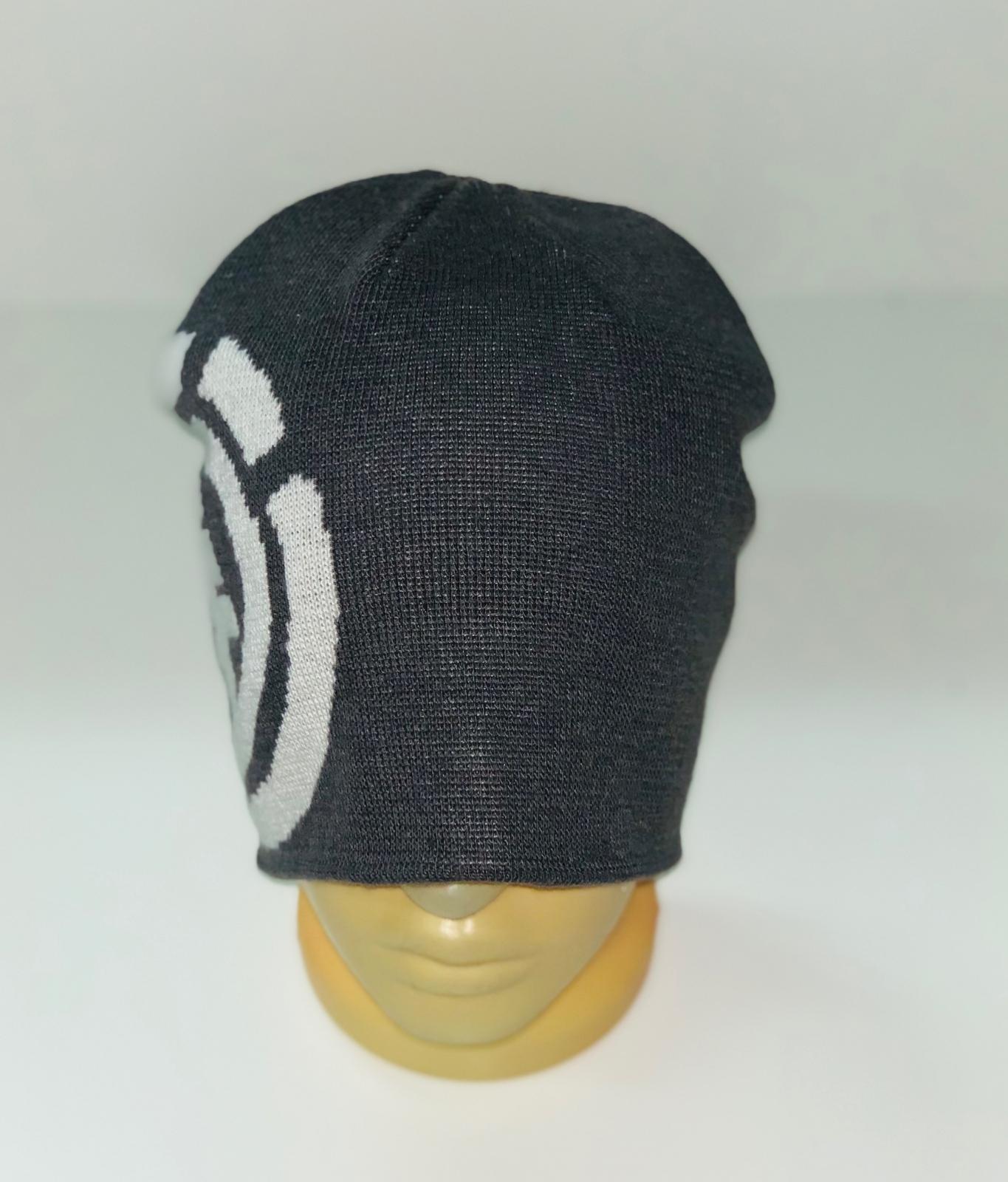 Темная шапка с крупным узором