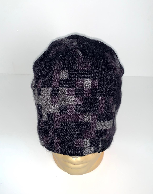 Темная шапка с оригинальным узором