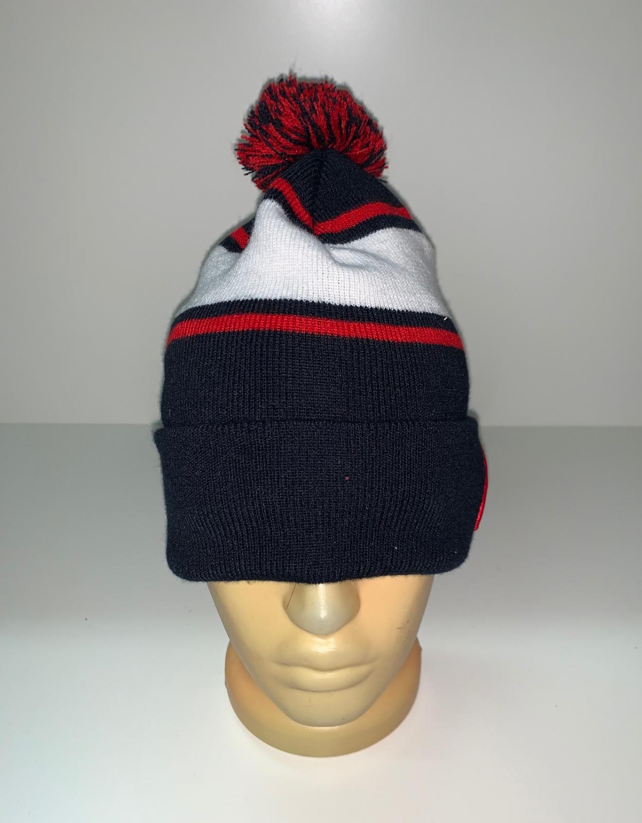 Темная шапка с полосой и помпоном