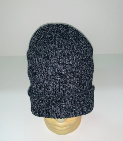 Темная вязаная шапка