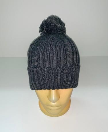 Темная вязаная шапка с помпоном