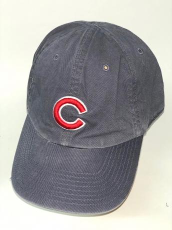 Темно-серая бейсболка с вышитой красной буквой на тулье